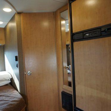 Eingang Bad und Kühlschrank RV
