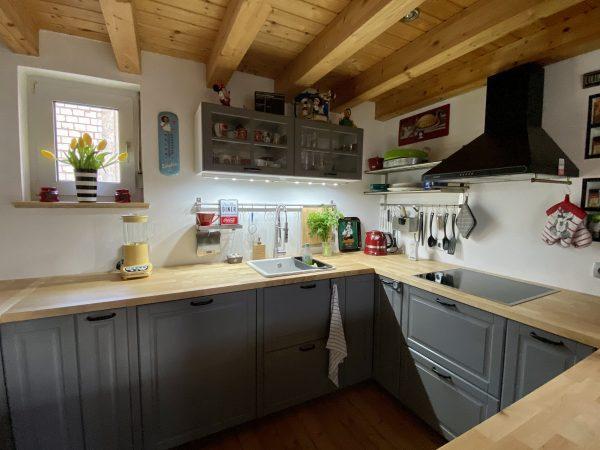 Küche mit Holzdecke